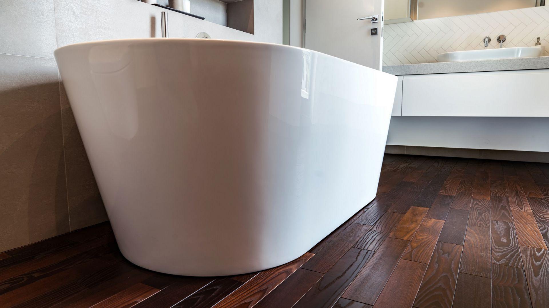 W łazience ważna jest stabilność drewna oraz odporność na kontakt z wodą. Fot. Komplex Market
