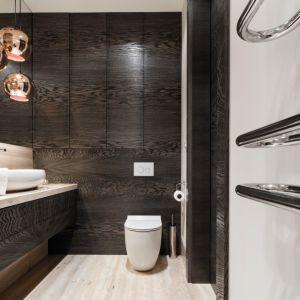 W łazience ważna jest stabilność drewna oraz odporność na kontakt z wodą. Proj. Agnieszka Ludwinowska. Fot. Bartosz Jarosz