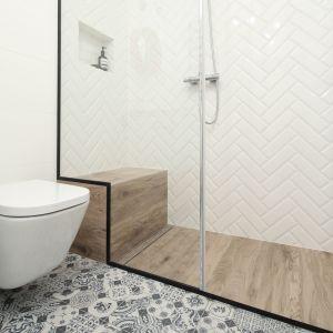 Drewno w łazience - przed zakupem sprawdźmy czy produkt nadaje się do zastosowania w pomieszczeniach o podwyższonej wilgotności. Projekt: Anna Krzak. Fot. Bartosz Jarosz