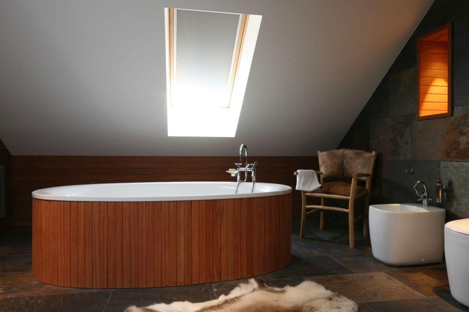 Drewno w łazience - warto wziąć pod uwagę gatunki egzotyczne, np. merbau lub teak. Projekt: Katarzyna Koszałka. Fot. Bartosz Jarosz