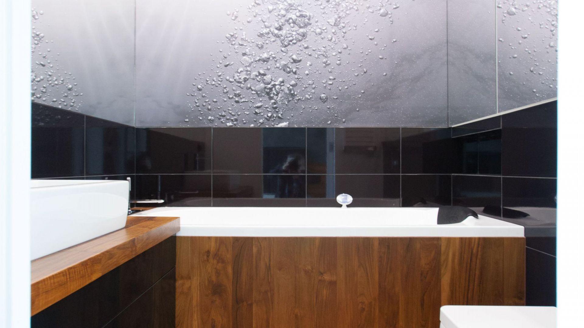 W łazience ważna jest stabilność drewna oraz odporność na kontakt z wodą. Fot. MGN Pracownia Projektowa