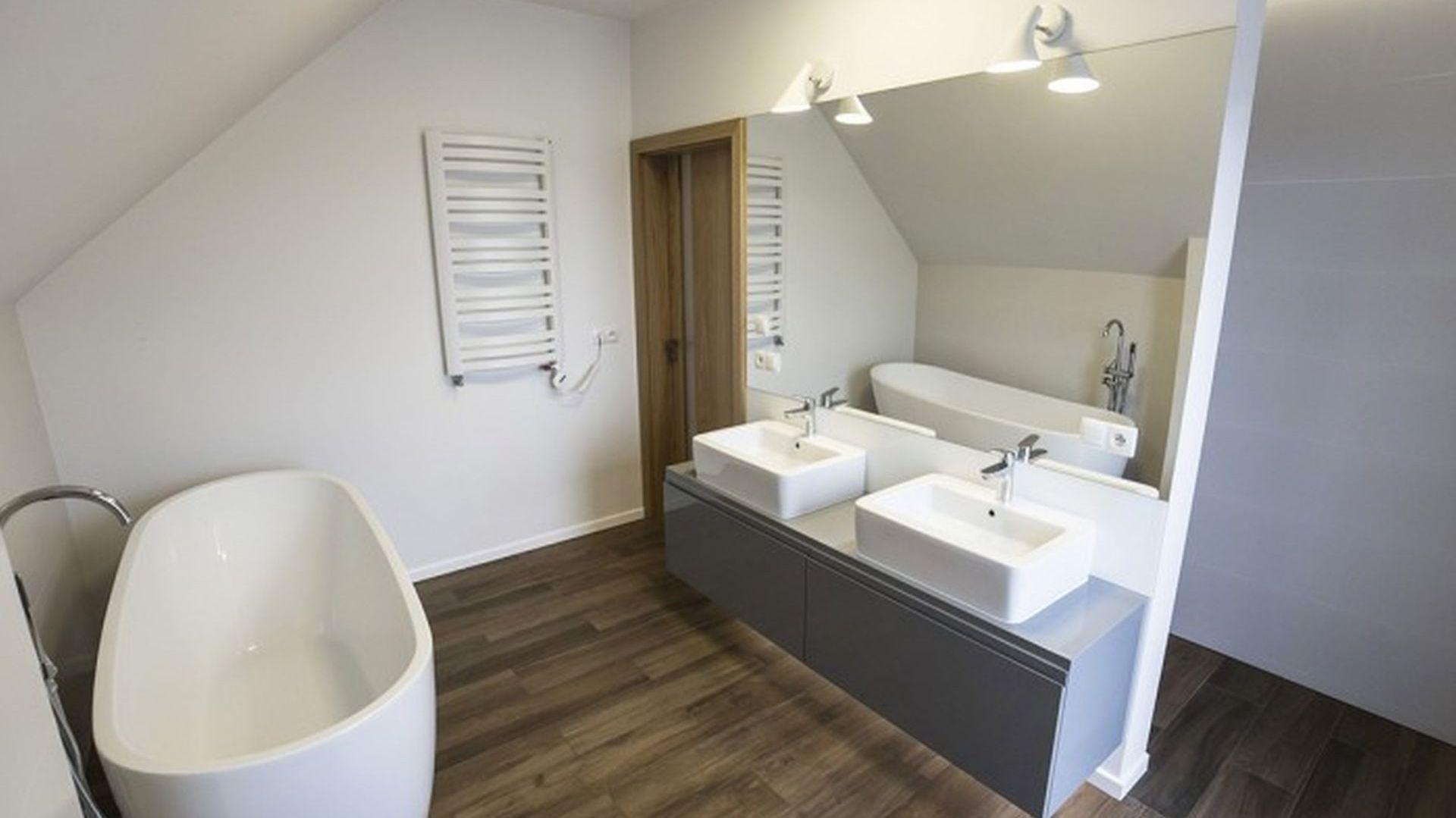 W łazience ważna jest stabilność drewna oraz odporność na kontakt z wodą. Projekt: Katarzyna Benko. Fot. Och-Ach_Concept
