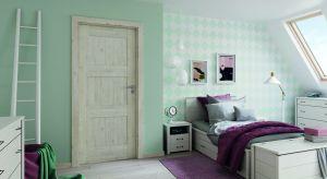 Funkcjonalna sypialnia to pomieszczenie, w którym w ciągu dnia można odpocząć, a nocą spokojnie się wyspać. Jest to zatem jedno z najważniejszych miejsc w domu i warto wyposażyć je z największą starannością i dbałością o szczegóły.