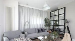Nowoczesny salon jest przede wszystkim funkcjonalny. Ponadto uwzględnia potrzeby wszystkich domowników. Sprawdzi się jako miejsce spotkań, jak również zapewni komfortowy wypoczynek.