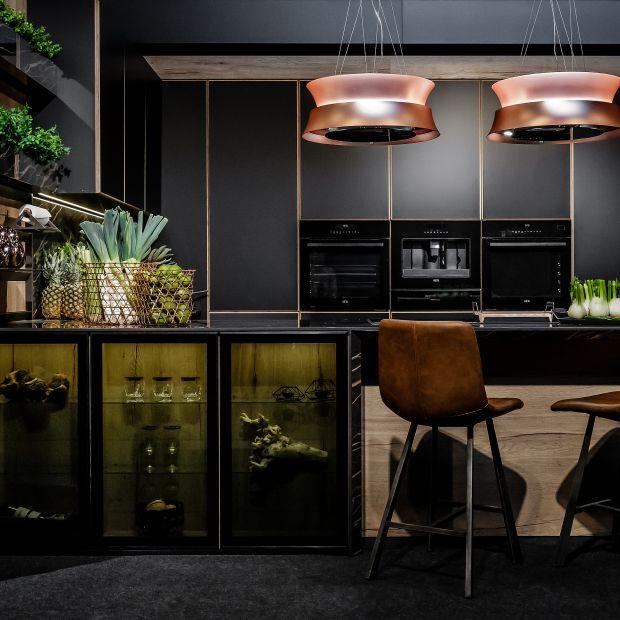 Elegancka kuchnia w czerni - zobacz piękny projekt wnętrza