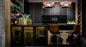 Zaprojektowana z myślą o miłośnikach nowoczesnych aranżacji kuchnia to królestwo czerni. Jej wytrawny wizerunek ociepla drewno oraz żywa zieleń.