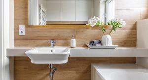 Pobudzający prysznic czy długa, relaksująca kąpiel? Ochota na relaks kontra konieczność zrobienia prania. Właściciele tego domu mogą korzystać z dwóch różnych łazienek, oferujących inne funkcje użytkowe. W obu panuje jednak przytulny klima