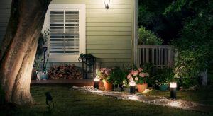 Inteligentny system oświetlenia domu obejmuje teraz także stylowe oprawy oświetleniowe przeznaczone do stosowania na zewnątrz. Zostały one zaprojektowane tak, aby podkreślić i rozjaśnić przestrzeń wokół domu, wydobywając z niej to, co najpię