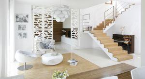 Pomysłów na schody jest mnóstwo. Możemy jedyskretnie ukryte w klatce schodowej albo uczynić z nich wyjątkową ozdobę salonu. Zapraszamy po piękne pomysły z polskichdomów.