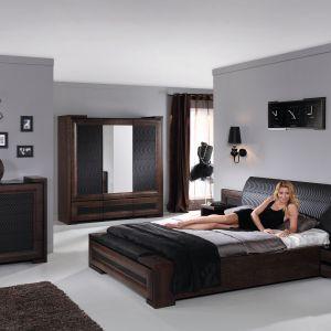 Wrażenie harmonijnej całości w sypialni Corino firmy Mebin podkreślone jest przez zastosowanie tych samych elementów w różnych elementach kolekcji. Fot. Mebin