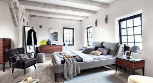 Szare, białe, niebieskie. Wykończone tkaniną lub skórą. Łóżka tapicerowane dostępne są w szerokiej gamie wzorów, kolorów czy rozmiarów.Polecamy przegląd 15 pięknych modeli.