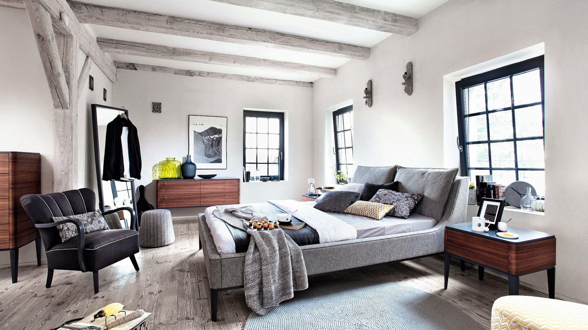 Szara tkanina, którą tapicerowane jest łóżko Essence firmy Swarzędz Home, podkreśla minimalistyczny i nieco surowy charakter wnętrza. Fot. Swarzędz Home