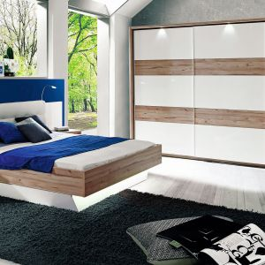 Biały, pikowany zagłówek łóżka z kolekcji Corsica dostępny w ofercie firmy Forte sprawia wrażenie bardzo miękkiego i wygodnego. Fot. Forte