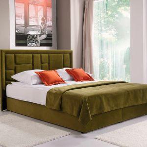 Zdecydowany kolor tkaniny, którą wykończone jest łóżko Linea firmy Libro, podkreśla prostą formę mebla. Fot. Libro