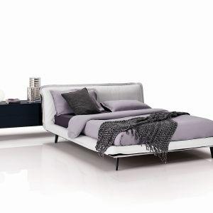 W łóżku tapicerowanym Piuma firmy Natuzzi wezgłowie sprawia wrażenie wygiętej i wyprofilowanej części materaca. Fot. Natuzzi