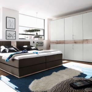 Łóżko tapicerowane Tampa z oferty Black Red White nawiązuje stylistycznie do modnych łóżek kontynentalnych. Fot. Black Red White