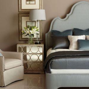 Łóżko tapicerowane Palatino zdobione stalowymi ćwiekami dostępne jest w ofercie marki Bernhardt. Fot. Bernhardt