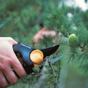 Sekator z rączką obrotową PowerGea (111540) posiada ergonomiczną rączkę wspomagającą pracę wszystkich palców dłoni jednocześnie. Cena: ok. 105 zł. Fot. Fiskars
