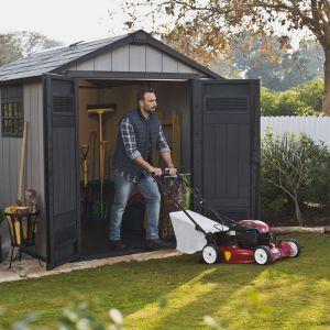Domki narzędziowe to idealny sposób na estetyczne i funkcjonalne zagospodarowanie przestrzeni w ogrodzie. Fot. Keter/Curver