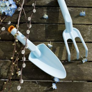 Limitowana linia Inspiration to gama narzędzi ogrodniczych do pielęgnacji małych roślin. W skład kolorowej linii wchodzą łopatki, widełki i motyczki. Wykonane z wysokiej jakości tworzywa wzmocnionego włóknem szklanym. Cena: od. 18 zł do 50 zł. Fot. Fiskars