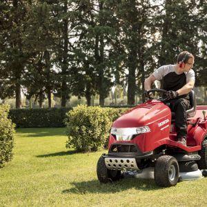 Kosiarka traktorowa Honda HF 2417 pełni 3 funkcje: koszenia, zbierania, mielenia. Fot. Honda