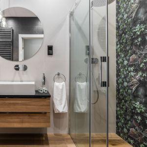 Brodzik płaski czy podpłytkowy? Zanim wybierzesz, sprawdź możliwość montażu w twojej łazience. Projekt: Estera i Robert Sosnowscy (Studio Projekt). Fot. Foto&Mohito, Welcome Apartment