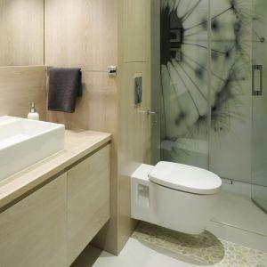 Łazienka, w której kabina prysznicowa usytuowana jest bezpośrednio na podłodze wydaje się większa i jest bardziej ustawna. Projekt: Małgorzata Galewska. Fot. Bartosz Jarosz