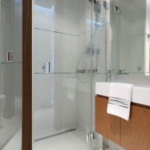 Prysznic we wnęce bez brodzika ma lekką konstrukcję, optycznie powiększającą łazienkę. Projekt: Anna Maria Sokołowska. Fot. Bartosz Jarosz