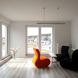 Budując nowoczesne osiedla deweloperzy coraz częściej sięgają po innowacyjne rozwiązania. W kilku budynkach jednorodzinnych na osiedlu Rozalin w Lusówku zastosowano termointeligentną farbę CIQ, która działa jak termos. Fot. Polifarb Kalisz S.A.