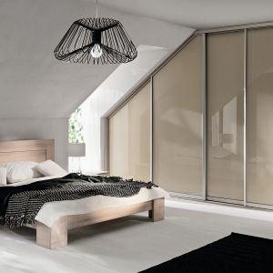 Pomieszczeniem, w którym doskonale sprawdzają się szafy przesuwne, jest sypialnia. Fot. Komandor