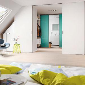 Nawet w pomieszczeniu z niewygodnymi skosami można stworzyć funkcjonalną garderobę. Fot. Raumplus