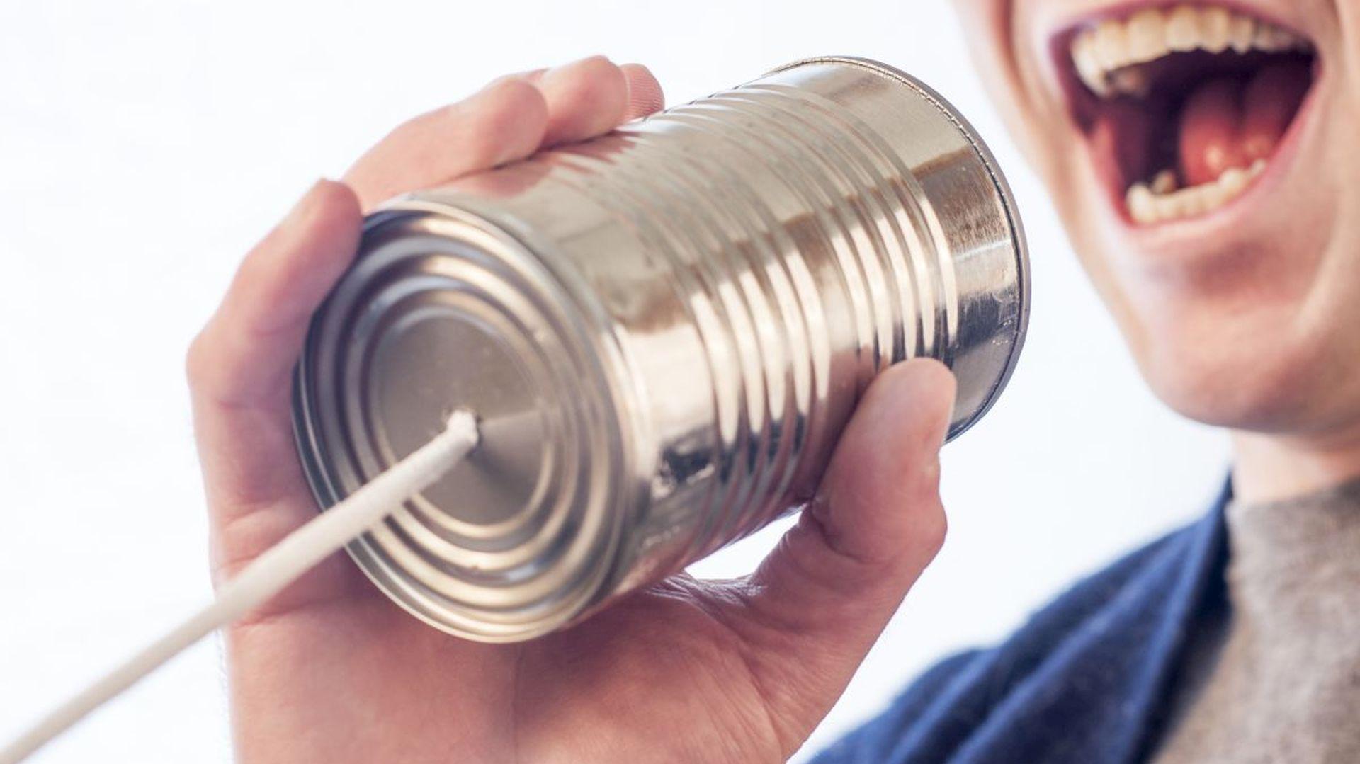 Dźwięki powietrzne to odgłosy mowy – gdy przegrody pionowe w budynkach mają słabą izolację akustyczną, zza ściany słyszymy głos sąsiada lub dźwięki z jego telewizora. Drugi rodzaj dźwięków to uderzeniowe, które słyszymy np. gdy sąsiadka z góry szykuje się do wyjścia i chodzi po domu na szpilkach. Fot. Gratisography