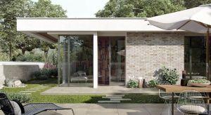 Panująca od kilku sezonów moda na minimalistyczne wnętrza i geometryczne bryły, znalazła swoje odbicie w nowocześnie aranżowanej przestrzeni wokół budynków. Coraz częściej urzeka umiarem, zarówno jeśli chodzi o dobór roślinności, jak i ma