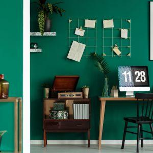 Sypialnia w odcieniu butelkowej zieleni. Fot. Comforteo