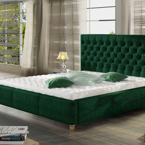 Sypialnia w odcieniu butelkowej zieleni. Łóżko tapicerowane Chester. Fot. Comforteo