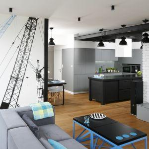 Przestronne mieszkanie w stylu loft: efektownej fototapecie towarzyszy biała cegła na ścianie za TV. Projekt: Monika i Adam Bronikowscy. Fot. Bartosz Jarosz