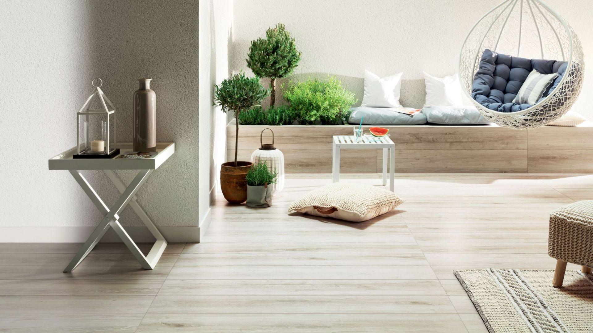Płytki na taras w dużym formacie - kolekcja Wood Craft Grey. Fot. Tubądzin marka Korzilius