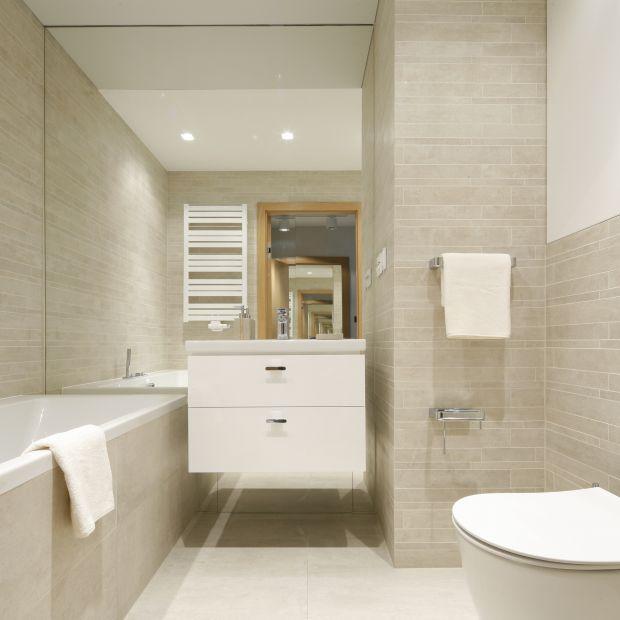 Łazienka w bloku: architekt radzi jak ją urządzić