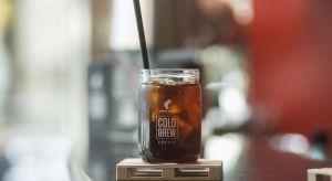 Lato to doskonały czas na eksperymentowanie z napojami przygotowanymi na bazie kawy. W upalne dni zimna kawa z dodatkiem kostek lodu jest jak zbawienie, a kawiarnie prześcigają się w serwowaniu nowości kawowych.