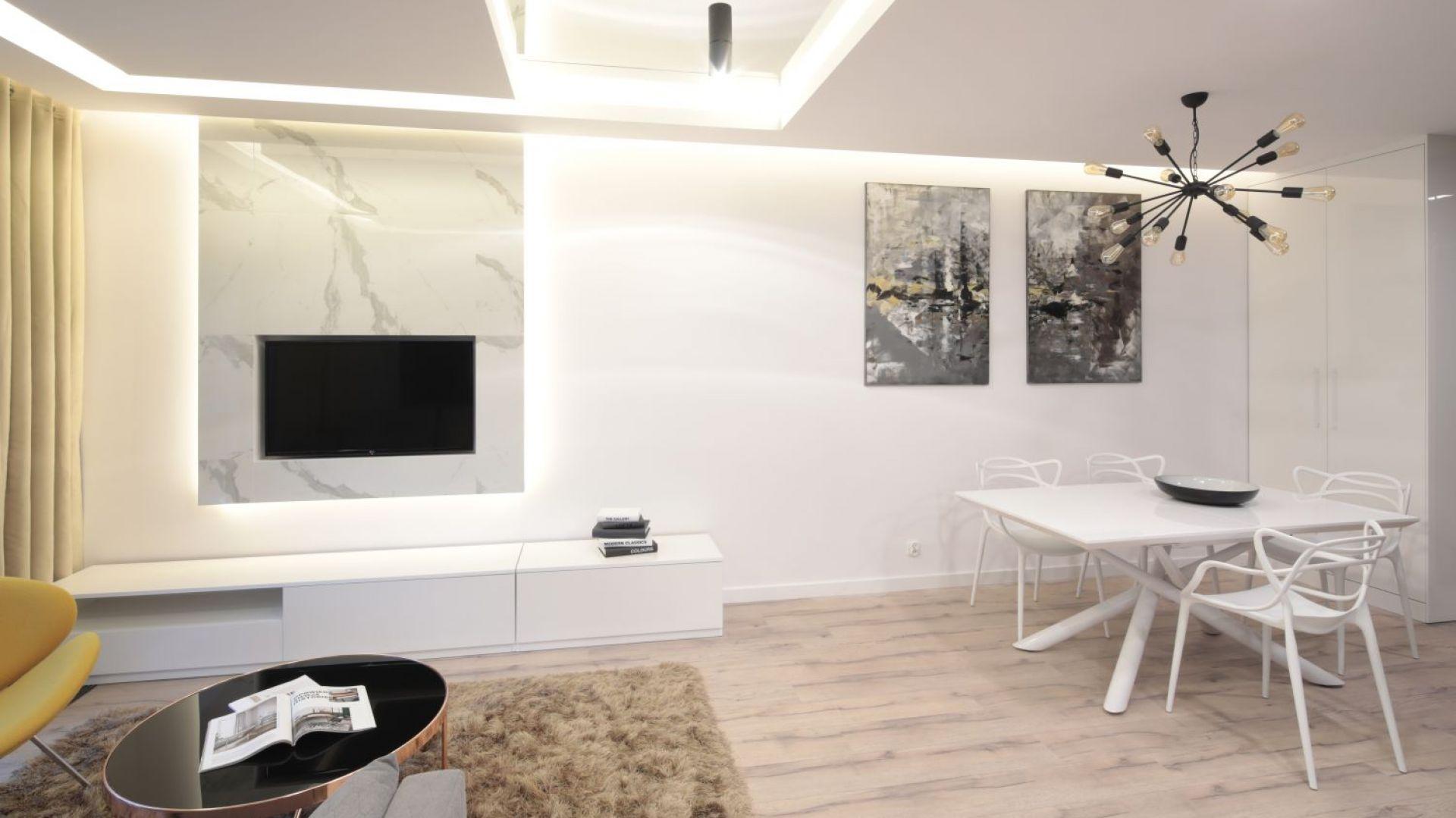Telewizor w salonie - pomysł na ścianę. Projekt: Agnieszka Hajdas-Obajtek. Fot. Bartosz Jarosz