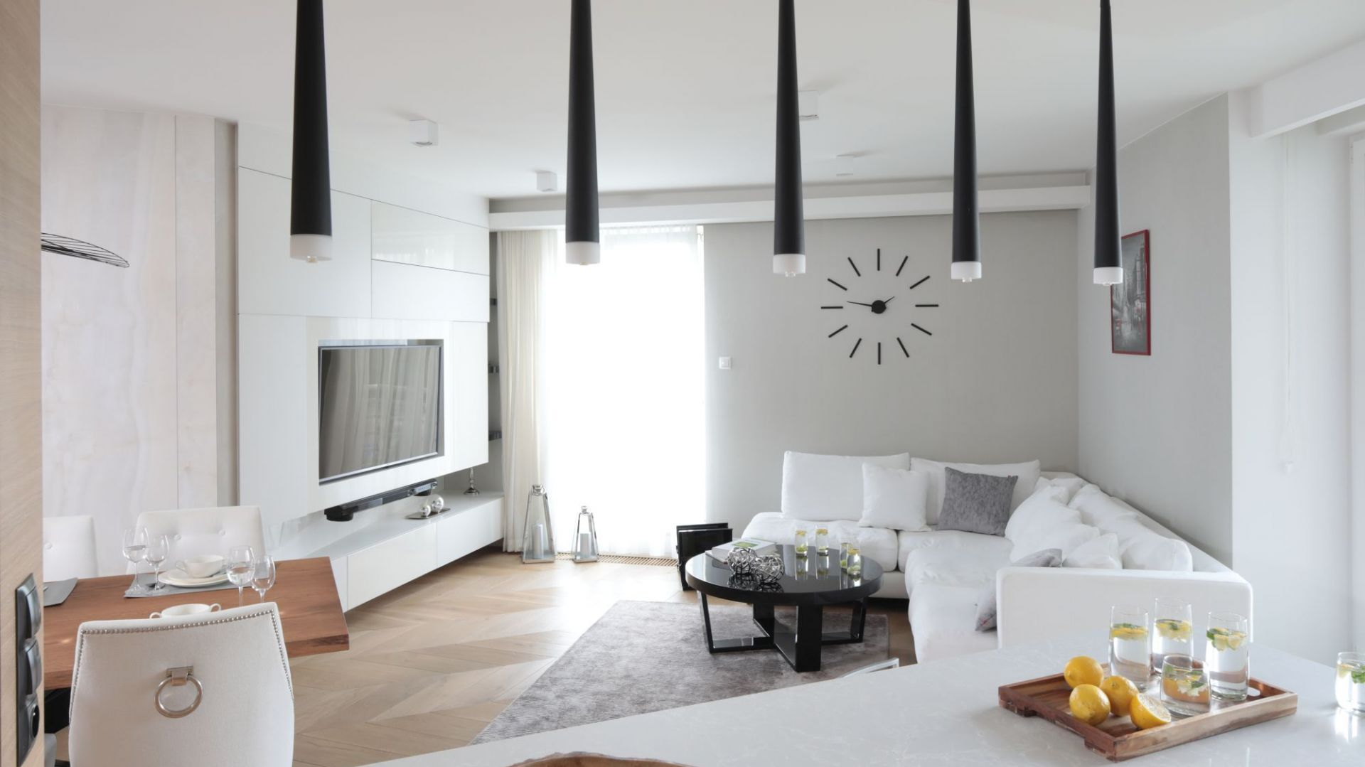 Telewizor w salonie - pomysł na ścianę. Projekt: Agnieszka Zaremba, Magdalena Kostrzewa-Świątek