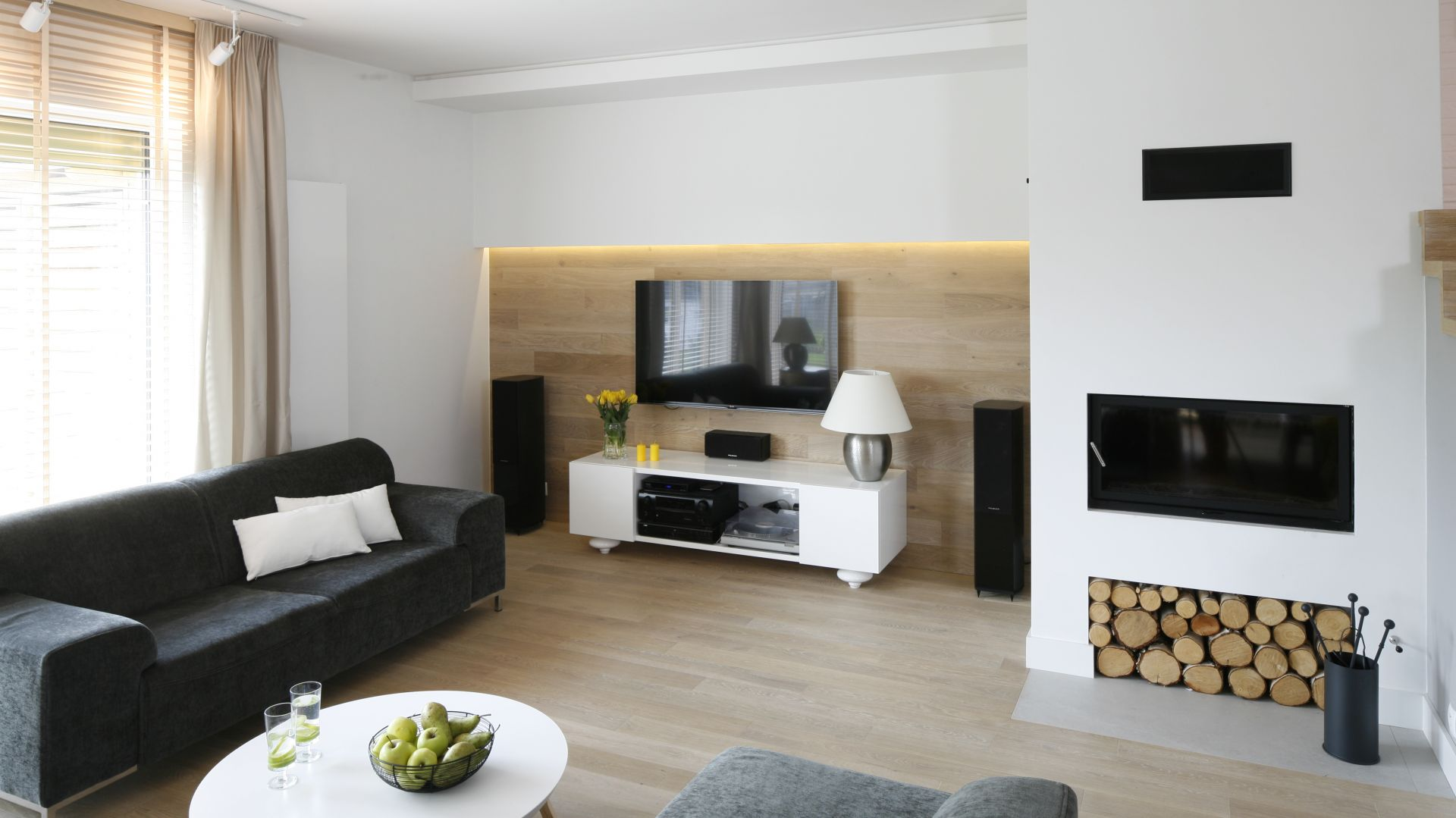 Telewizor w salonie - pomysł na ścianę. Projekt: Małgorzata Galewska. Fot. Bartosz Jarosz