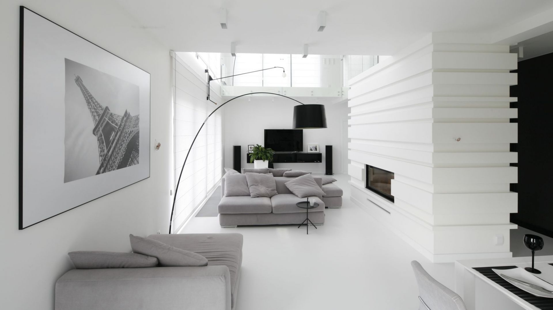 Telewizor w salonie - pomysł na ścianę. Projekt: Maria Biegańska, Ewelina Pik. Fot. Bartosz Jarosz