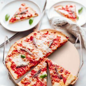 Akcesoria kuchenne do przygotowywania włoskich dań - kamień do pizzy. Fot. Duka
