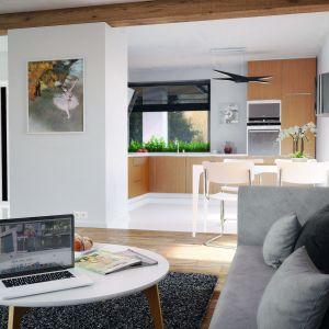 Otwarta na jadalnię i salon kuchnia jest wykończona drewnem. Dom Umbra. Projekt: arch. Maciej Matłowski. Fot. Domy w Stylu