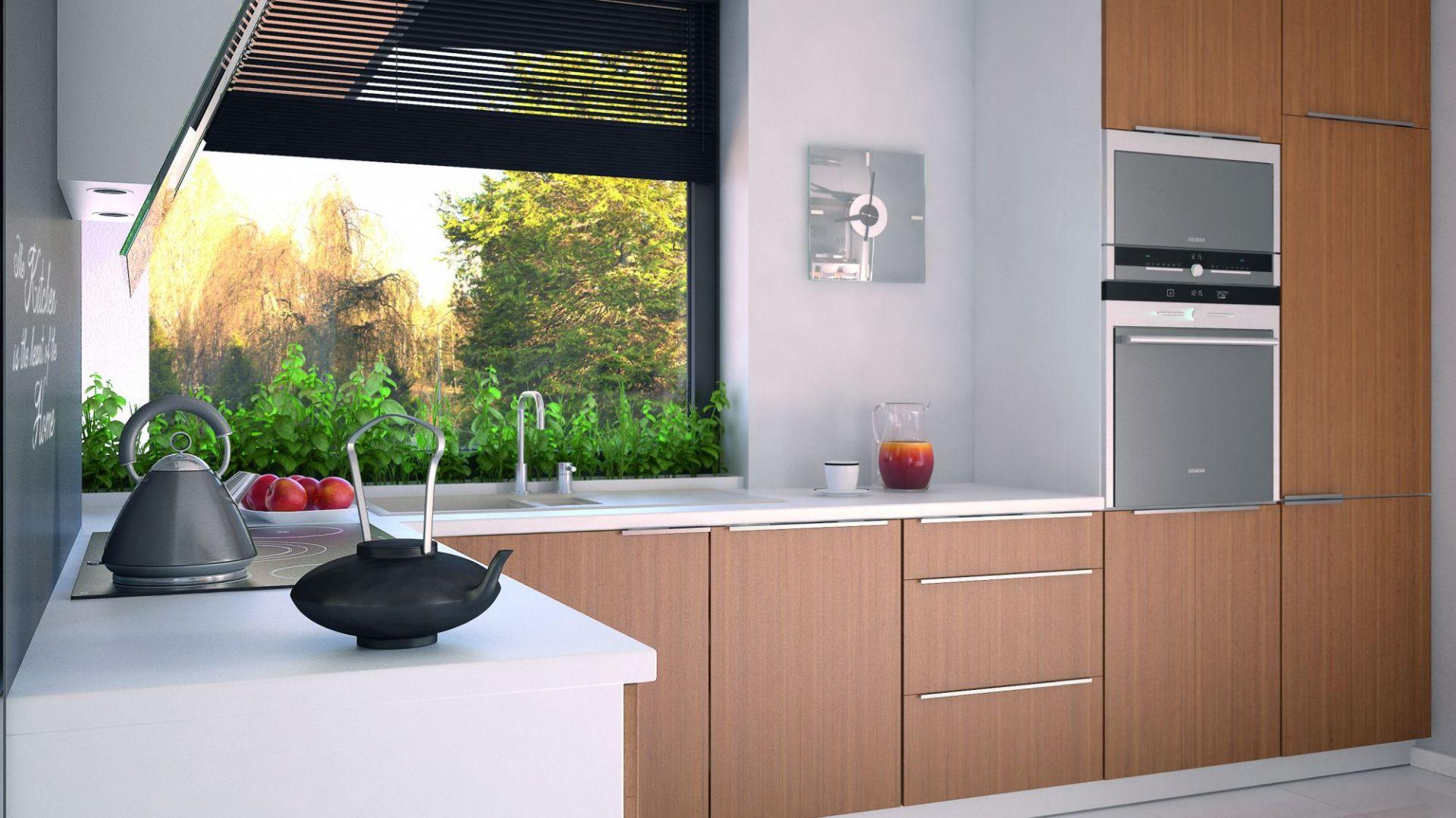 Jasna kuchnia ma  i ma modnie zaprojektowaną strefę zmywania pod oknem. Dom Umbra. Projekt: arch. Maciej Matłowski. Fot. Domy w Stylu