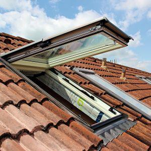 Prawidłowy montaż okna dachowego jest nie mniej istotny niż parametry techniczne samej stolarki. Fot. Roto
