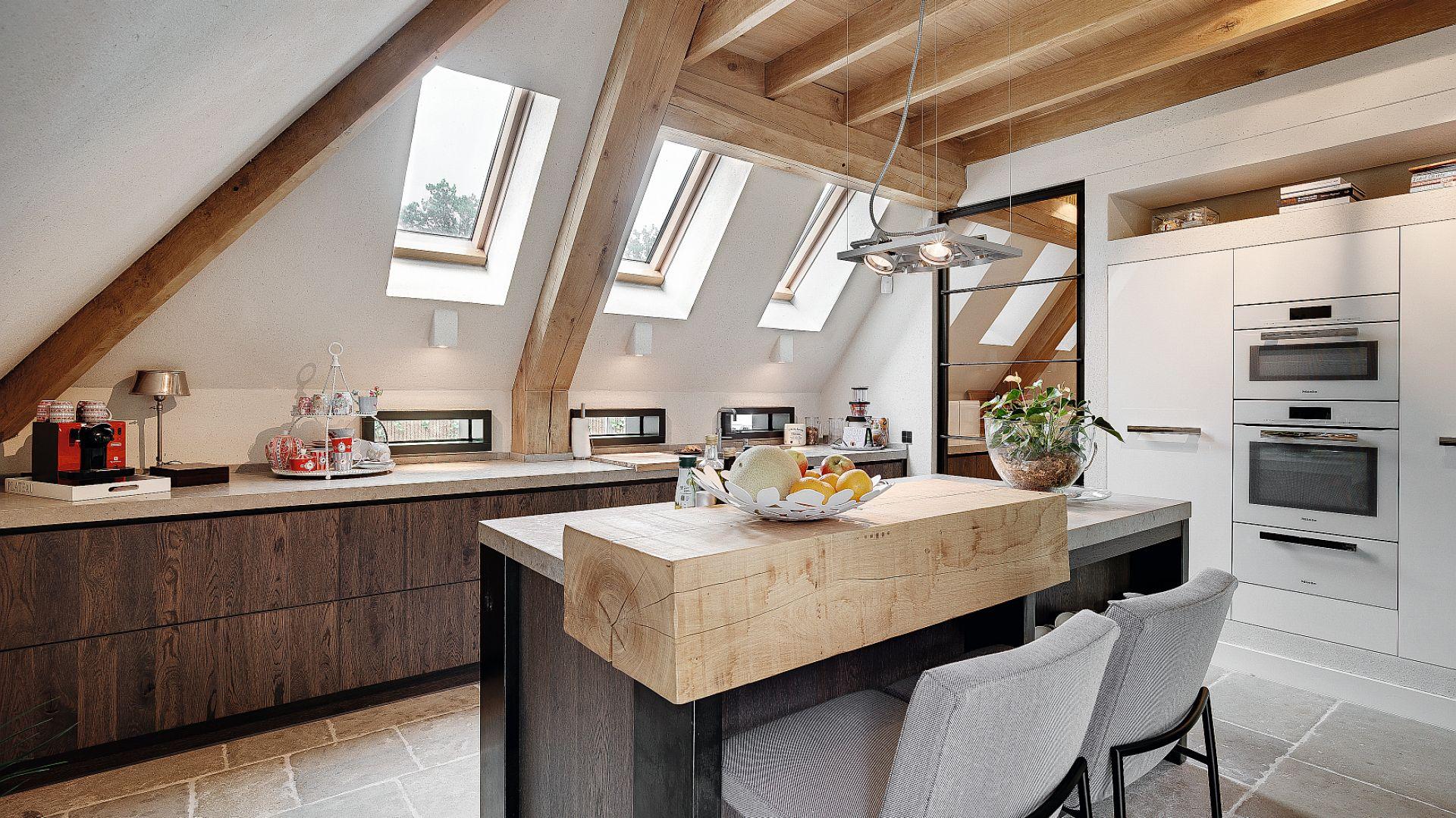 Na poddaszu korzystniejsza jest większa ilość mniejszych okien niż jedno większe. Fot. Fakro