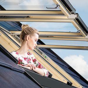 W przypadku okien dachowych dominującym surowcem, z którego są wytwarzane jest drewno, lepiej sprawdzające się w połaci dachowej. Fot. Fakro