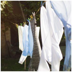 Jeśli dysponujemy balkonem lub ogródkiem, najlepiej suszyć ubrania właśnie na zewnątrz, np. na sznurkach zawieszonych wzdłuż balkonu, jeśli umożliwia to aktualna pogoda i pora roku. Dzięki temu ubrania będą świeże i znacznie szybciej wyschną. Fot. Indesit